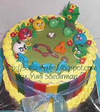 cake dengan figurin angry bird