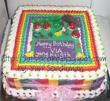 rainbow cake dengan figurine